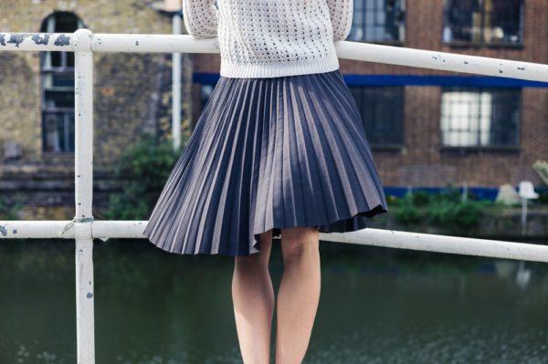 с чем носить юбку плиссе: темно-серая