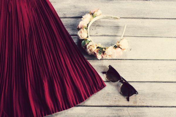 с чем носить юбку плиссе: бордовая