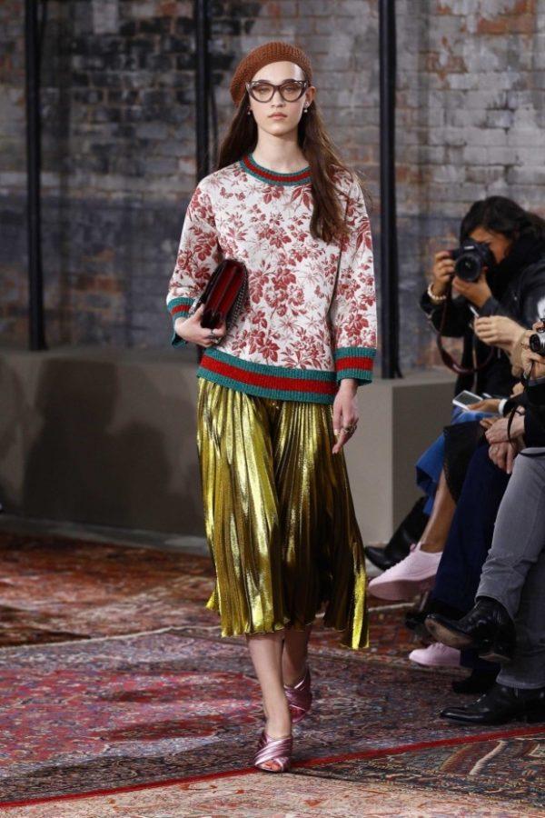 с чем носить юбку плиссе: ниже колена золотистая миди