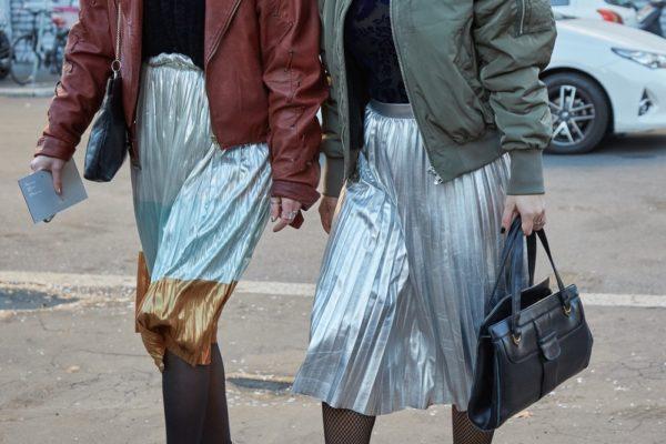 с чем носить юбку плиссе: серебристая