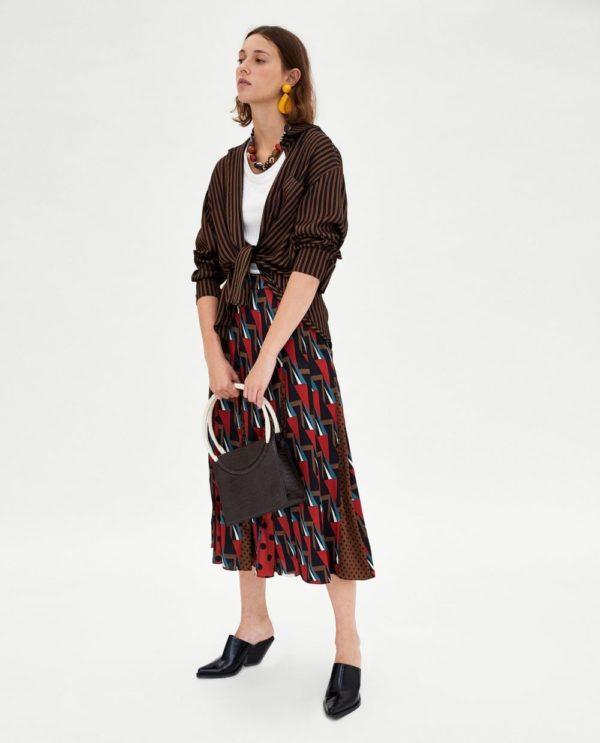 с чем носить юбку плиссе: миди с орнаментом ниже колена