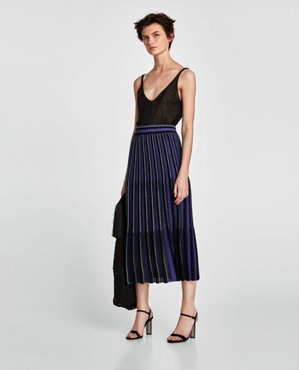 с чем носить юбку плиссе: синяя миди ниже колена
