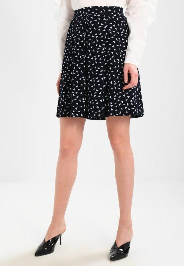 с чем носить юбку плиссе: черная с белым мини