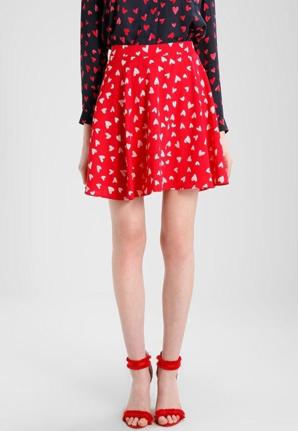с чем носить юбку плиссе: красная мини
