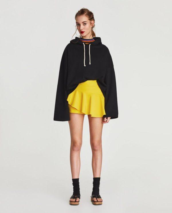 с чем носить юбку плиссе: желтая мини