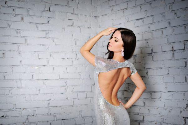 модели 2019 летних платьев сарафанов: с обнаженной спиной