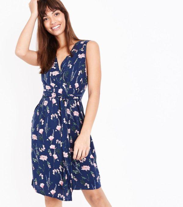 фасоны летних платьев и сарафанов: синее в цветок с запахом