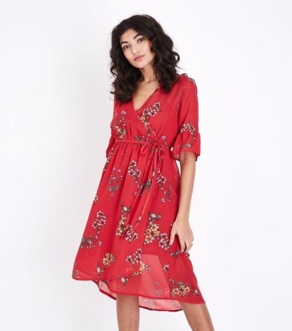 фасоны летних платьев и сарафанов: красное в цветок с запахом