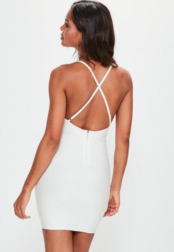 модели 2019 летних платьев сарафанов: белое с голой спиной