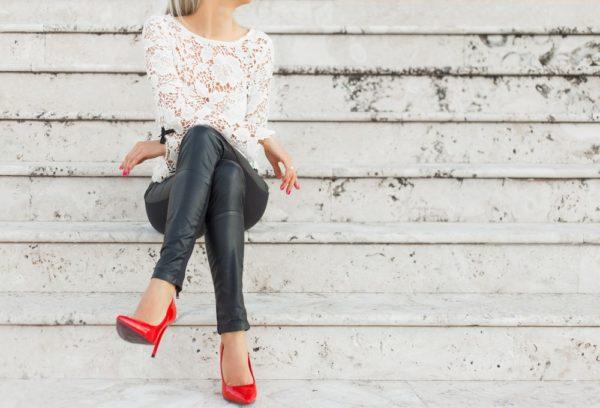 модные брюки 2019-2020: черные кожаные