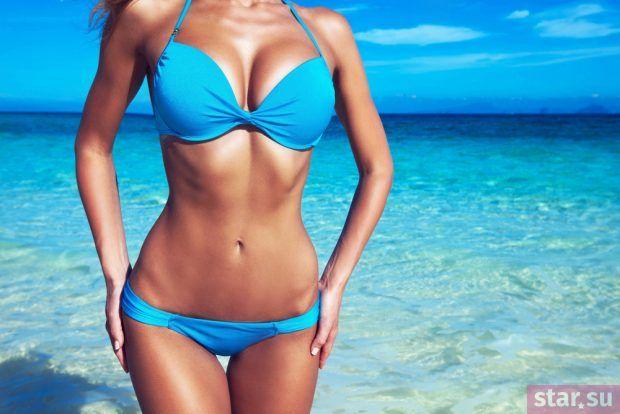 модные образы лето 2019: голубой купальник