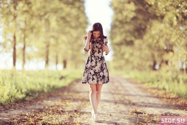 модные образы лето 2019: платье миди с цветочным принтом