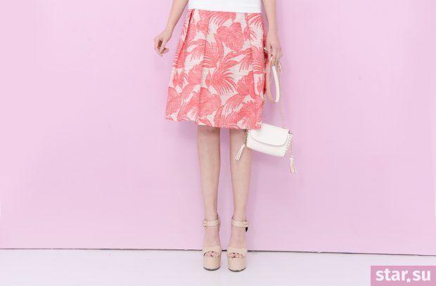 летние образы 2019 для девушек: юбка миди с розовым принтом