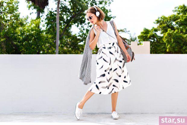 летние образы 2019 для девушек: юбка клеш с принтом