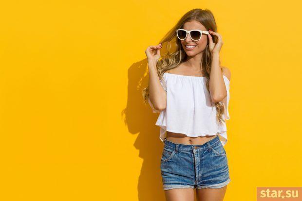 модные летние образы 2019: высокие джинсовые шорты