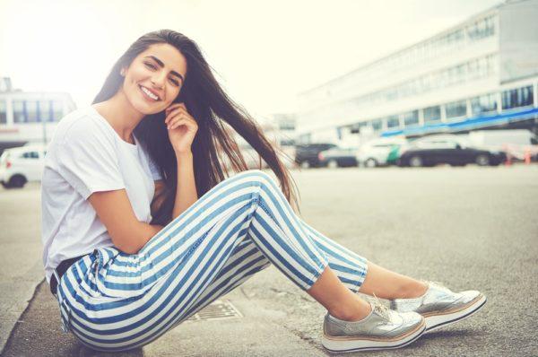 белые полосатые брюки