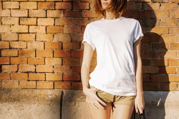 белая футболка коричневые шорты