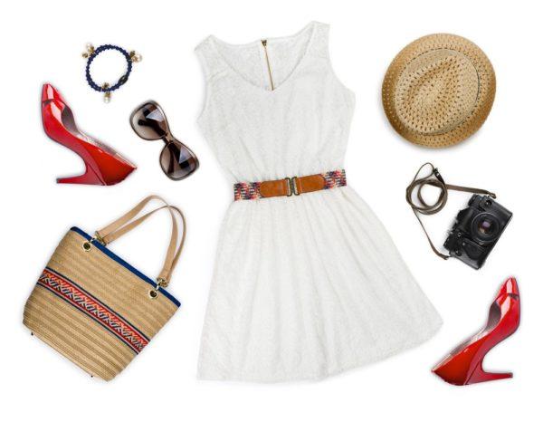 образ лето 2021: белое платье красные туфли