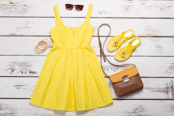летний образ 2021: желтое платье коричневая сумка