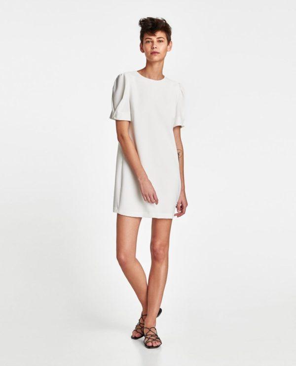 с коротким белым платьем