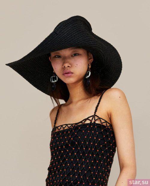 Стильные летние образы 2019: черная майка и шляпка