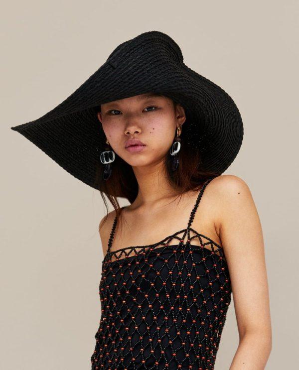Стильные летние образы 2021: черная майка и шляпка