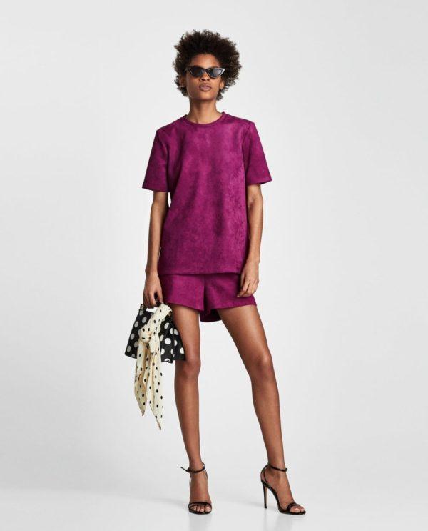 с фиолетовыми шортами