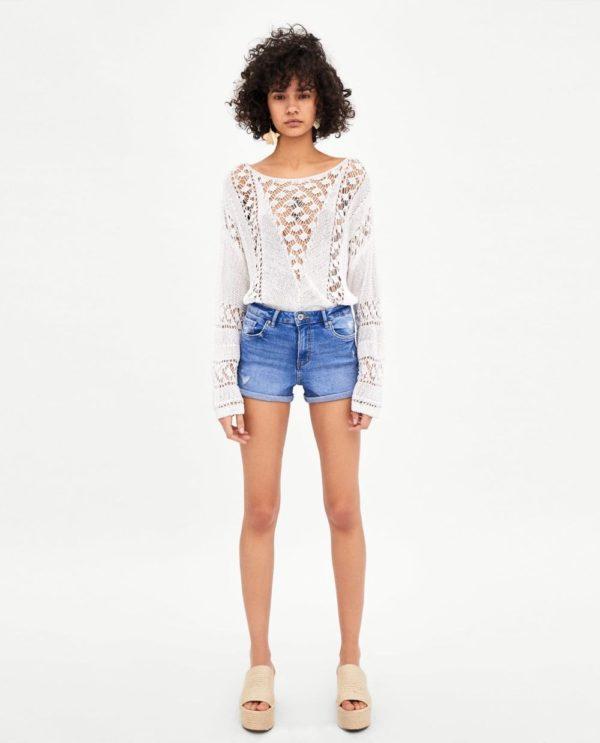 с джинсовыми шортами