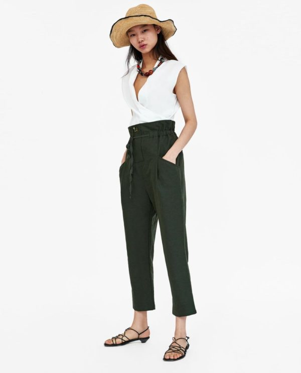 Модные летние образы 2021: с зелеными брюками и белой майкой