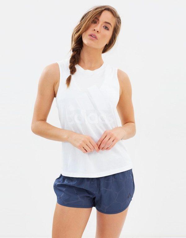 спортивные костюмы: белый верх шорты синие
