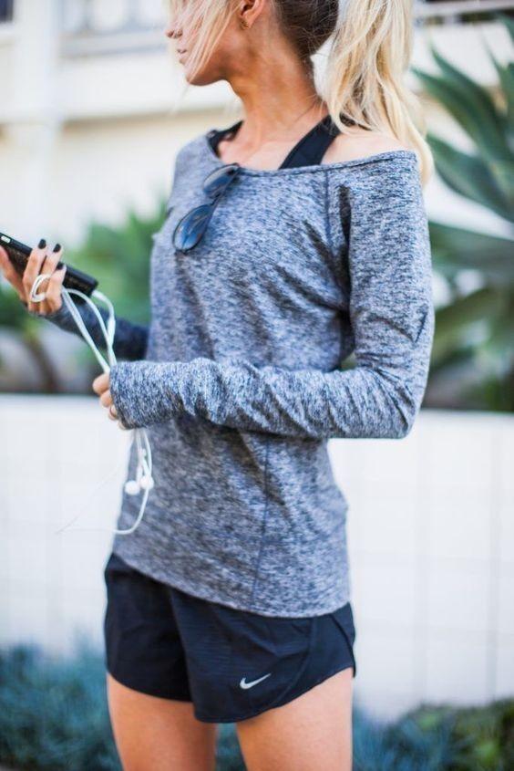 спортивные костюмы: серый с черными шортами