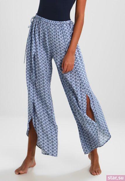 модные брюки для женщин: голубые широкие с рисунком