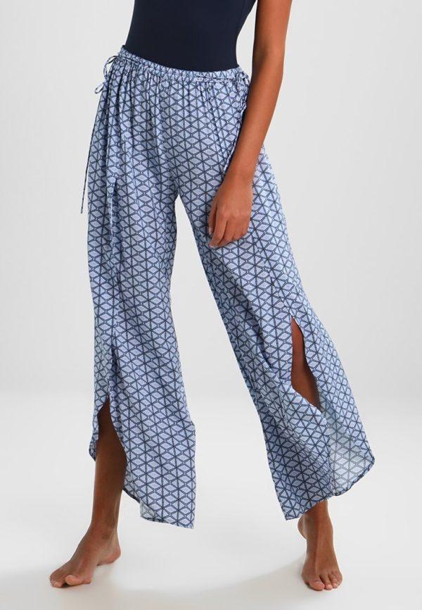 модные женские брюки: голубые широкие с рисунком