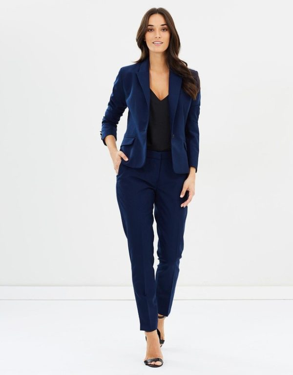 женский костюм мода 2019-2020: синий с укороченными брюками