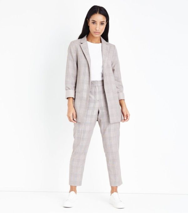 женский костюм мода 2019-2020: серый в клетку с укороченными брюками
