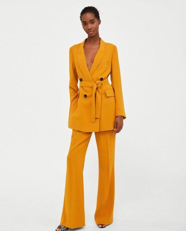 модные костюмы женские фото: оранжевый с ремнем и поясом