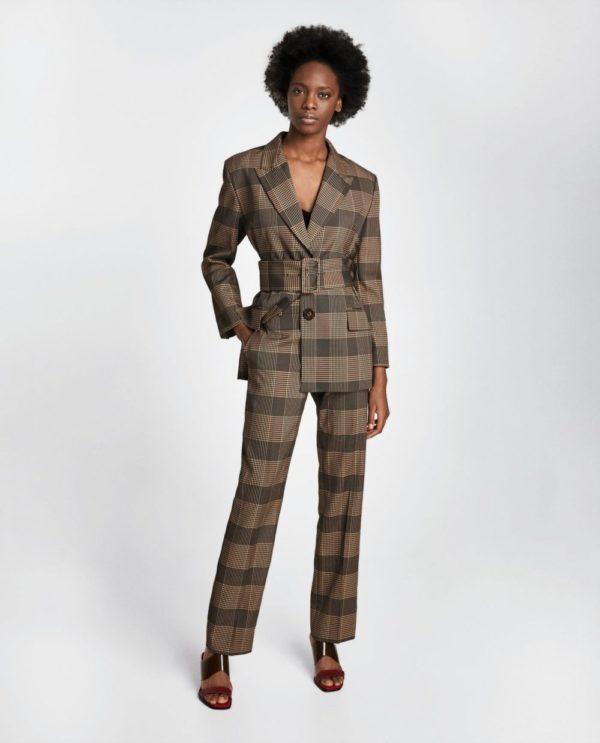 модные костюмы женские фото: коричневый с ремнем и поясом