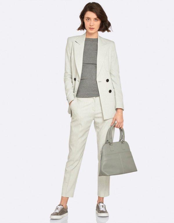 женский костюм мода 2018-2019: светло-серый с укороченными брюками