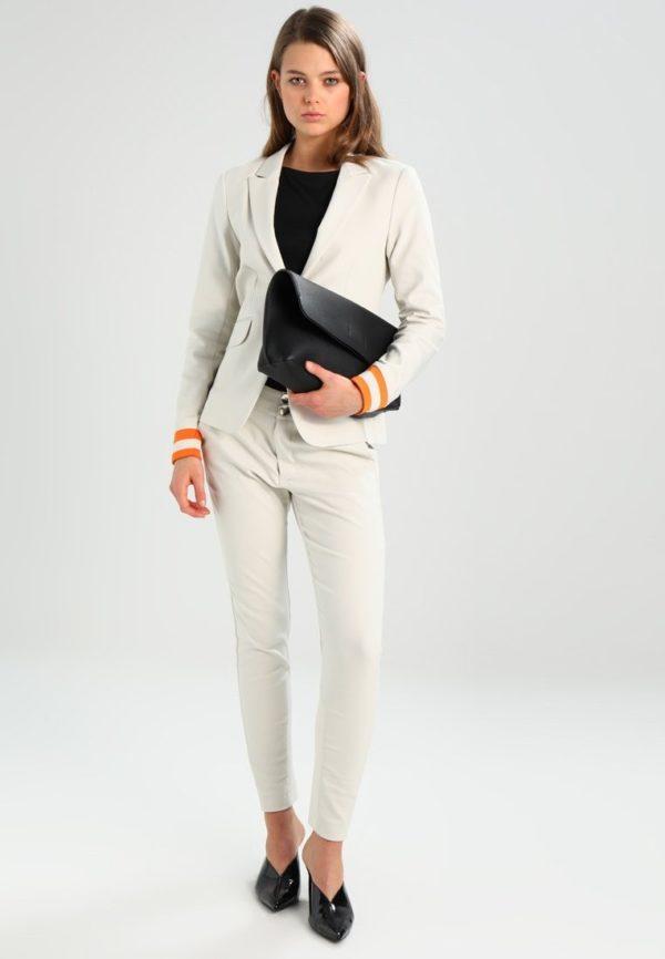 женский костюм мода 2018-2019: белый с укороченными брюками