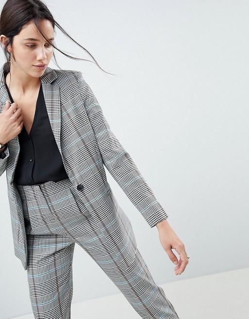 женский костюм мода 2019-2020: серый с укороченными брюками