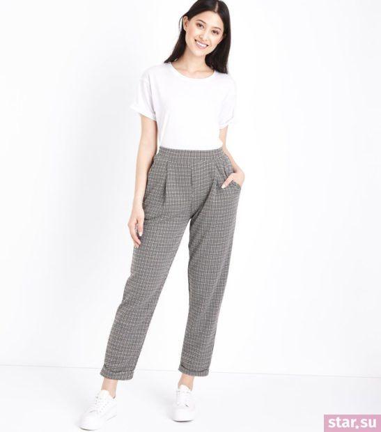 укороченные брюки с чем носить: серые с с белой футболкой