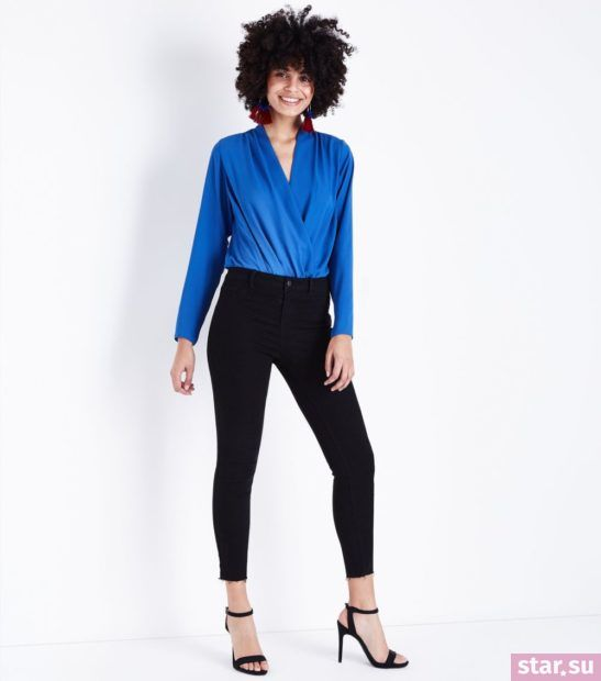 укороченные брюки с чем носить: узкие черные синяя блуза