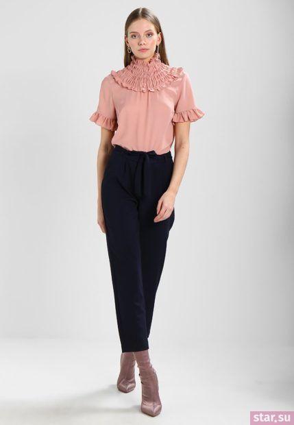 укороченные женские брюки с чем носить: черные с розовой блузой