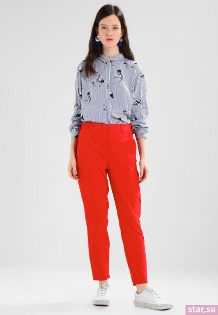 укороченные женские брюки с чем носить: красные с серой рубашкой