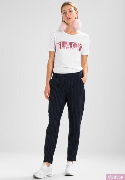 укороченные женские брюки с чем носить: черные с белой футболкой