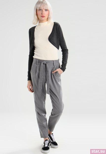 укороченные женские брюки с чем носить: серые под футболку