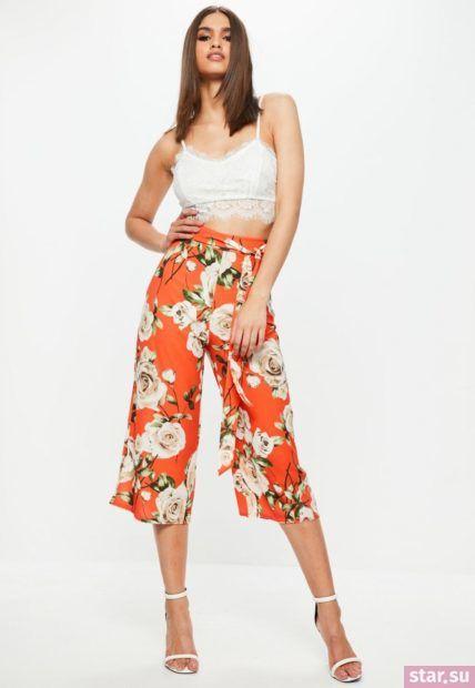 красные в цветок брюки кюлоты под белый топ