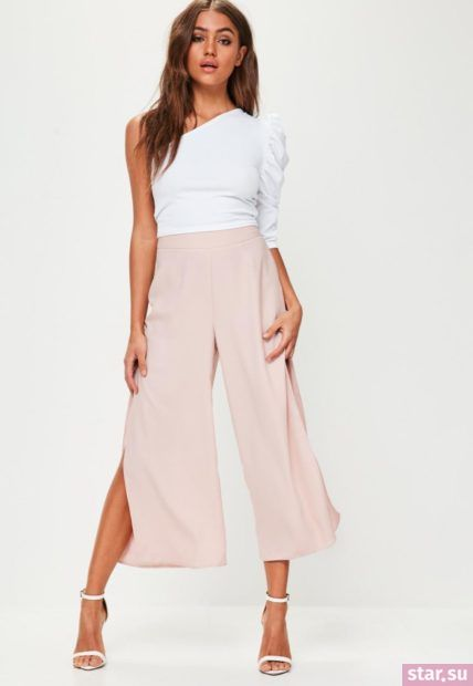 розовые брюки кюлоты под белую кофту