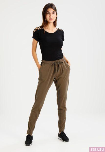 Укороченные брюки с завышенной талией цвета хаки под черную футболку