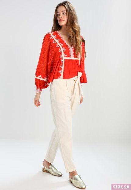 Укороченные брюки с завышенной талией кремового цвета под красную рубашку